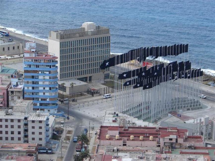 كوبا دشنت في الستينات ساحة سمتها أنتي إمبرياليست بلازا، المضادة للامبريالية، مقابل السفارة تماما