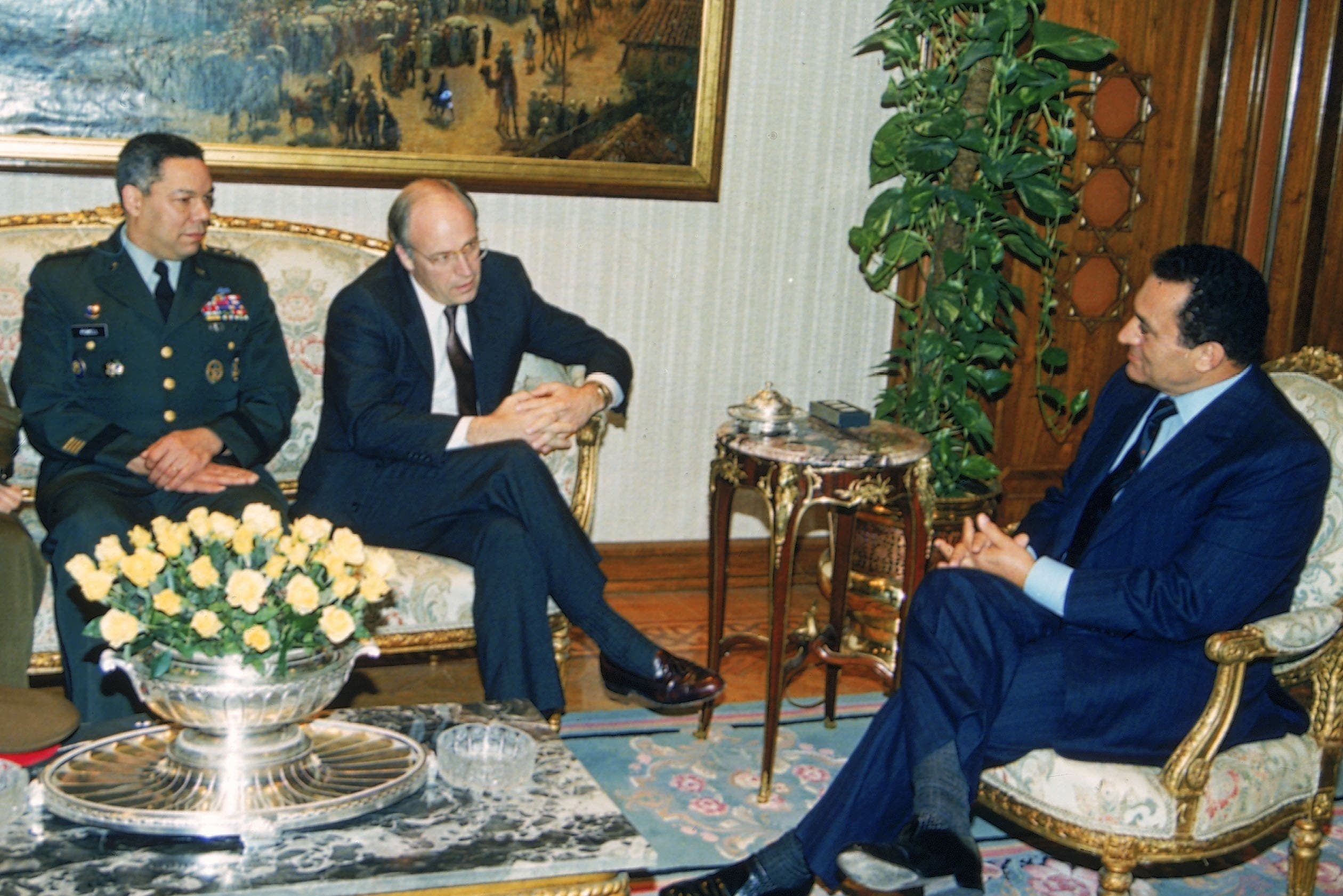 Chairman of the U.S. Joint Chiefs of Staff Gen. Colin Powell, left, and U.S. Secretary of Defense Dick Cheney, center, discuss the Gulf Crisis with Egyptian President Hosni Mubarak in Cairo, Egypt, Sunday morning, Dec. 23, 1990. (File photo: AP)