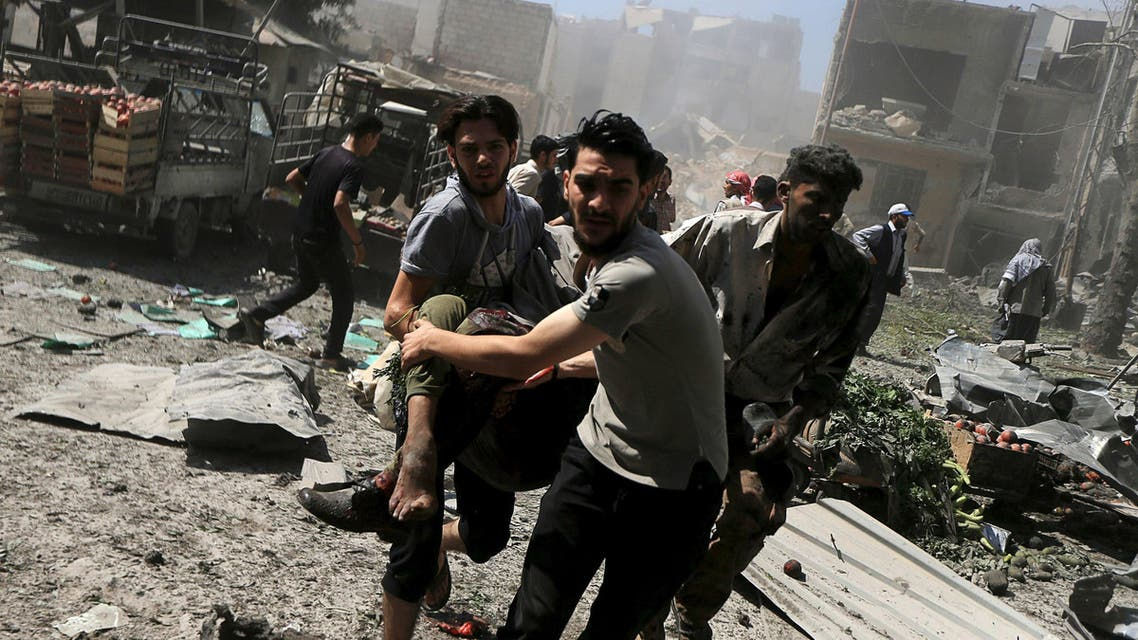 Men transport a casualty after what activists said were airstrikes by forces loyal to Syria's President Bashar al-Assad on a busy marketplace in the Douma neighborhood of Damascus, Syria August 12, 2015. (File photo: Reuters)
