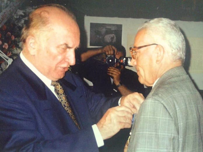 سفير بولندا في 1998 بدمشق، يقلد خالد الأسعد وسام الاستحقاق، الممنوح له من الرئيس البولندي آنذاك