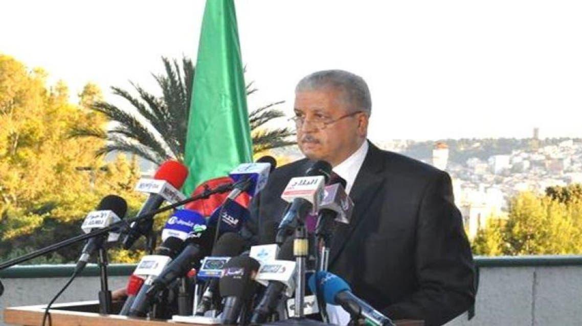 سلال متحدثاً للصحافة في قسنطينة