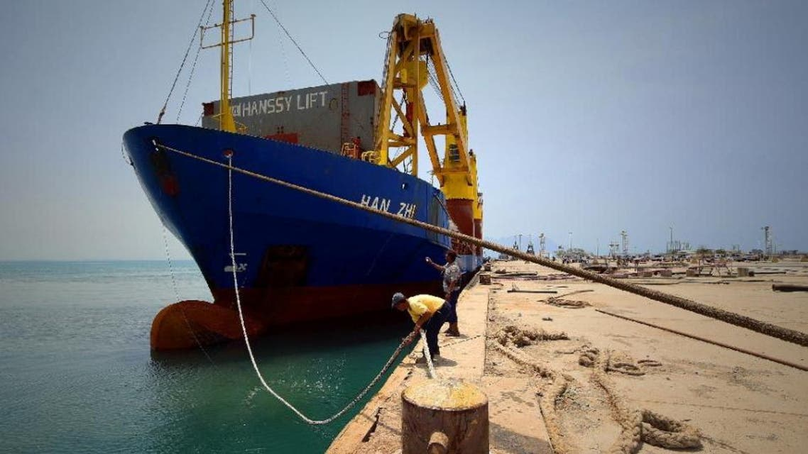 A UN aid ship docked in Yemen's devastated port city of Aden on July 21, 2015 (AFP Photo/-)