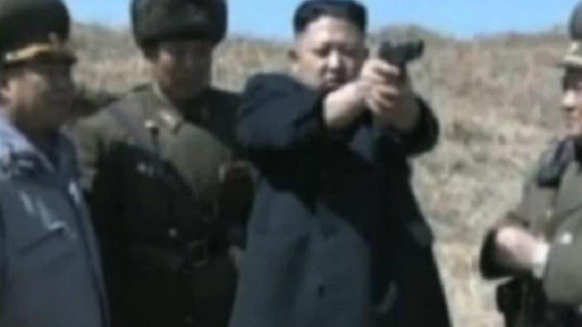 دكتاتور كوريا الشمالية في صورة عرض عضلات ومسدس موجه نحو الحدود مع كوريا الجنوبية