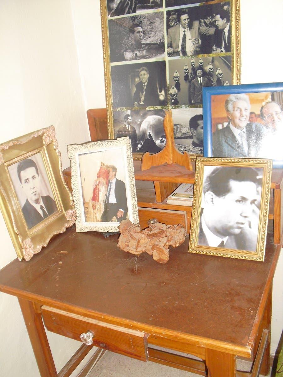 صور فوتوغرافية فوق مكتب ابنة الرئيس بالتبني