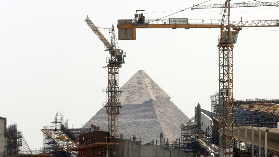 Cranes rise at the site of Egypt's Grand museum, near the historical site of the Giza Pyramids just outside of Cairo, Tuesday, Aug. 25, 2015. (AP)