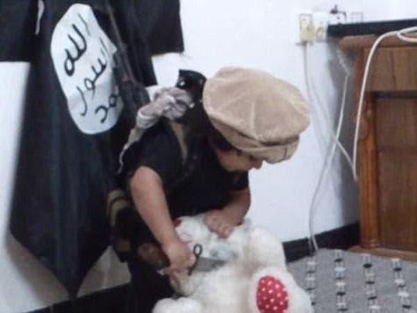 """بالفيديو.. طفل """"داعشي"""" يذبح دميته"""