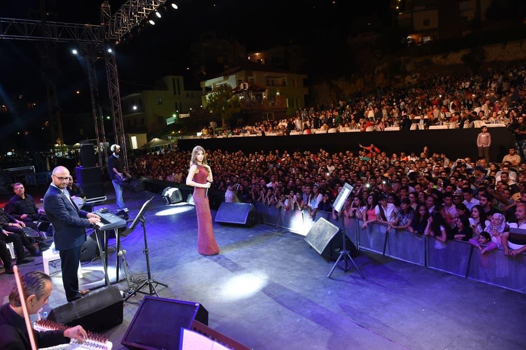 نانسي والجمهور في حفل اهمج