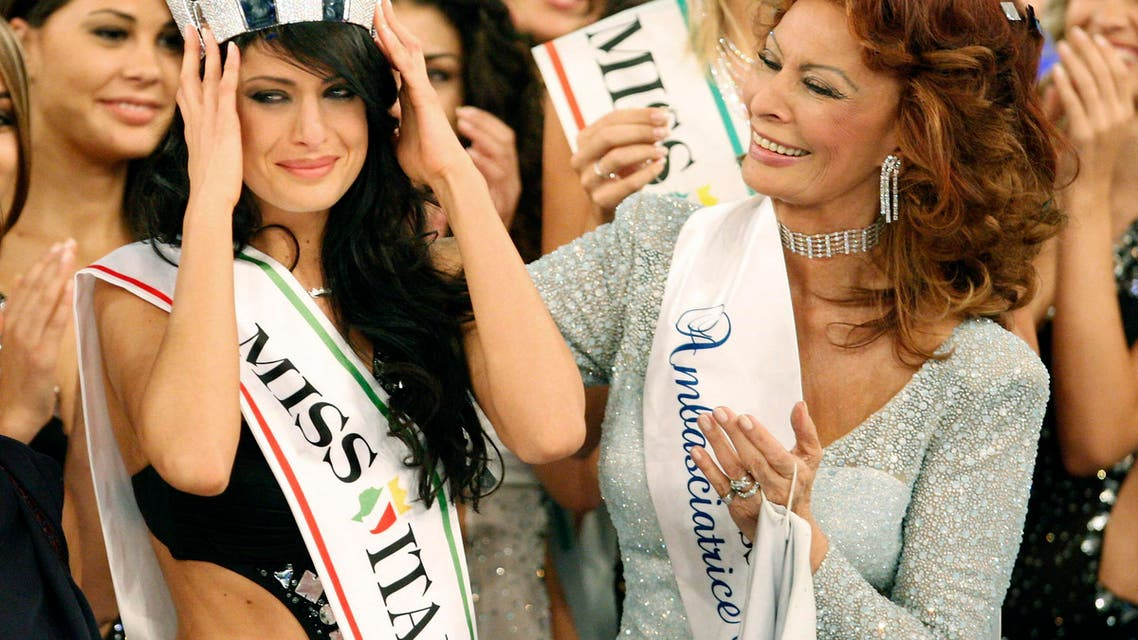 Italian actress and beauty pageant jury president Sofia Loren, right, crowns Francesca Testasecca after she was voted Miss Italia (Miss Italy) 2010. (File photo: AP)