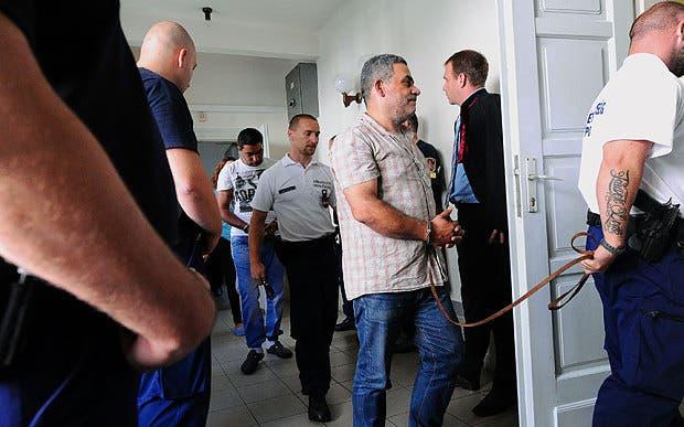 واقتادوا المعتقلين السبت للمثول أمام محكمة مجرية مددت احتجازهم شهرا