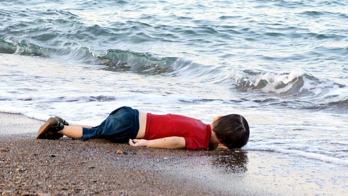طفل سوري لاجئ على شاطئ تركيا