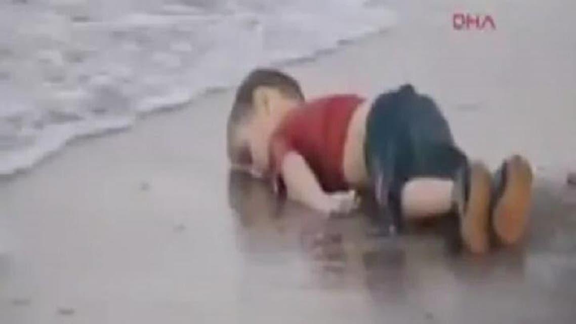 THUMBNAIL_ فيديو لشقيق الطفل الغريق وهو مثله ميت على الشاطيء
