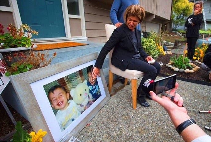 تيما كردي، شقيقة الأب المفجوع بخسارة زوجته وابنيه، تبكي في مؤتمر صحافي عقدته الخميس بفانكوفر
