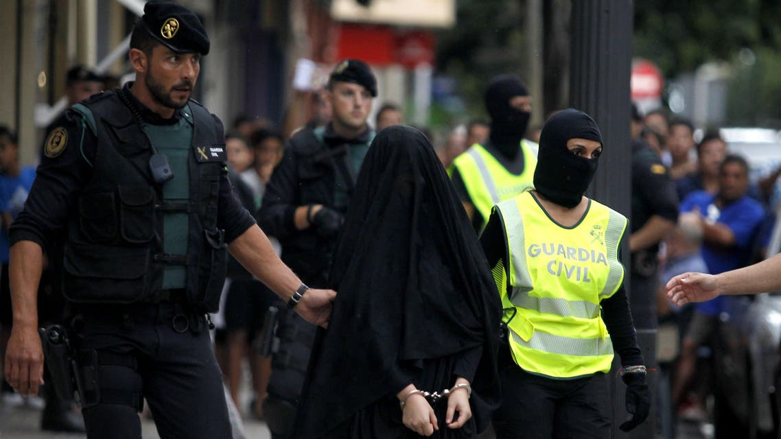 JJ2364 - Gandía, -, SPAIN : Spanish police arrest an 18-year-old Moroccan woman suspected of recruiting other women via the Internet to the jihadist group Islamic State (IS), in Gandia on September 5, 2015. She was the latest in a series of suspected IS sympathisers detained in Spain since last year over security fears. AFP PHOTO/ JOSE JORDAN