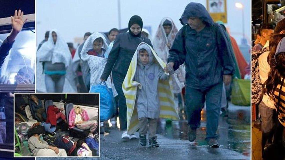 لاجئون يعبرون الحدود إلى النمسا