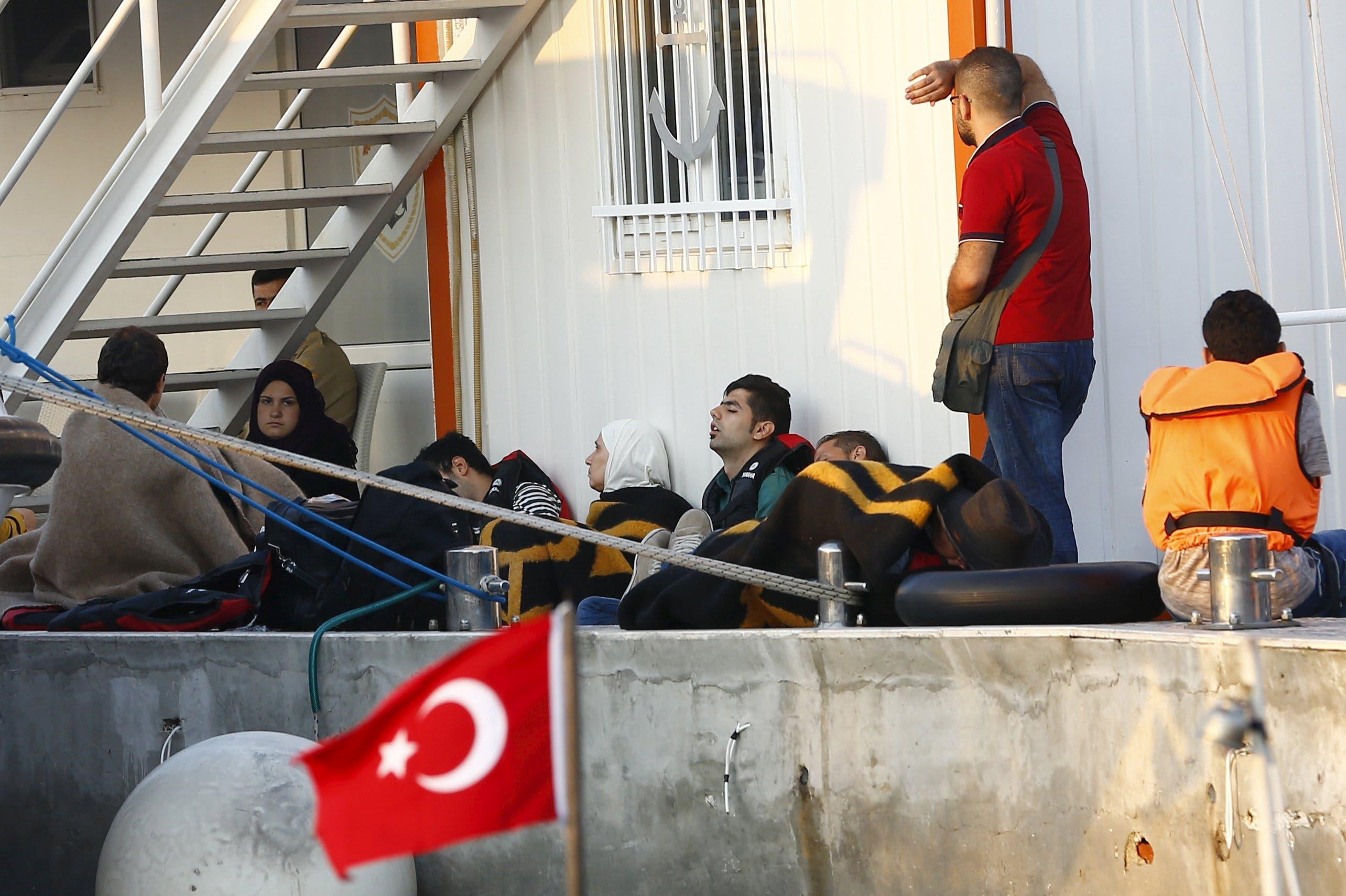 لاجئون سوريون في مقر خفر السواحل بتركيا