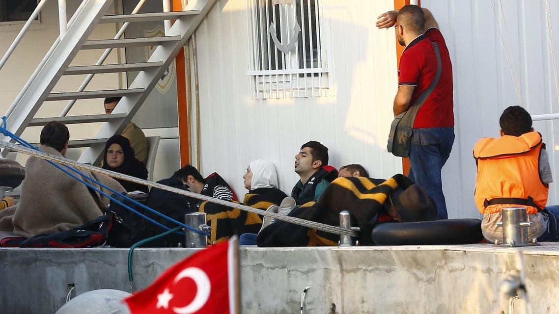لاجئون سوريون في مقر خفر السواحل ب تركيا