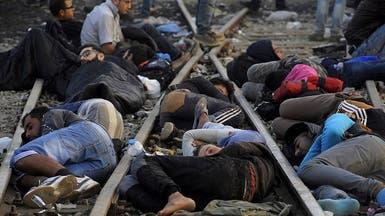 مئات اللاجئين ينامون على قضبان القطارات بمقدونيا