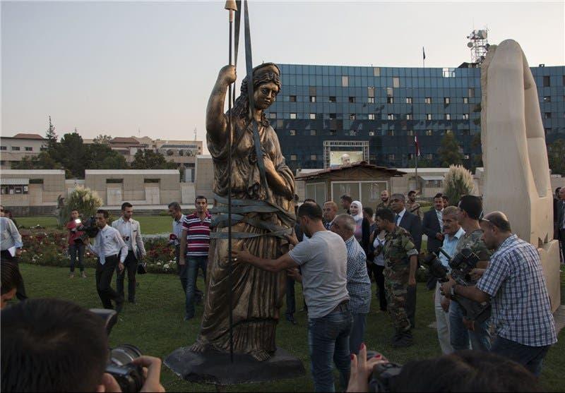 والتمثال ليس من آثار تدمر التاريخية، لكنه يمثل ملكتها والمفترض أن يكون في متحف تدمر