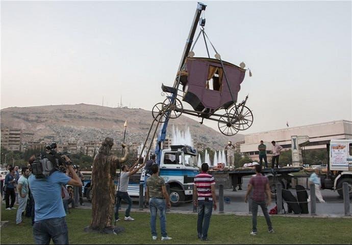 ونقلوا أيضا عربتها الملكية مع التمثال