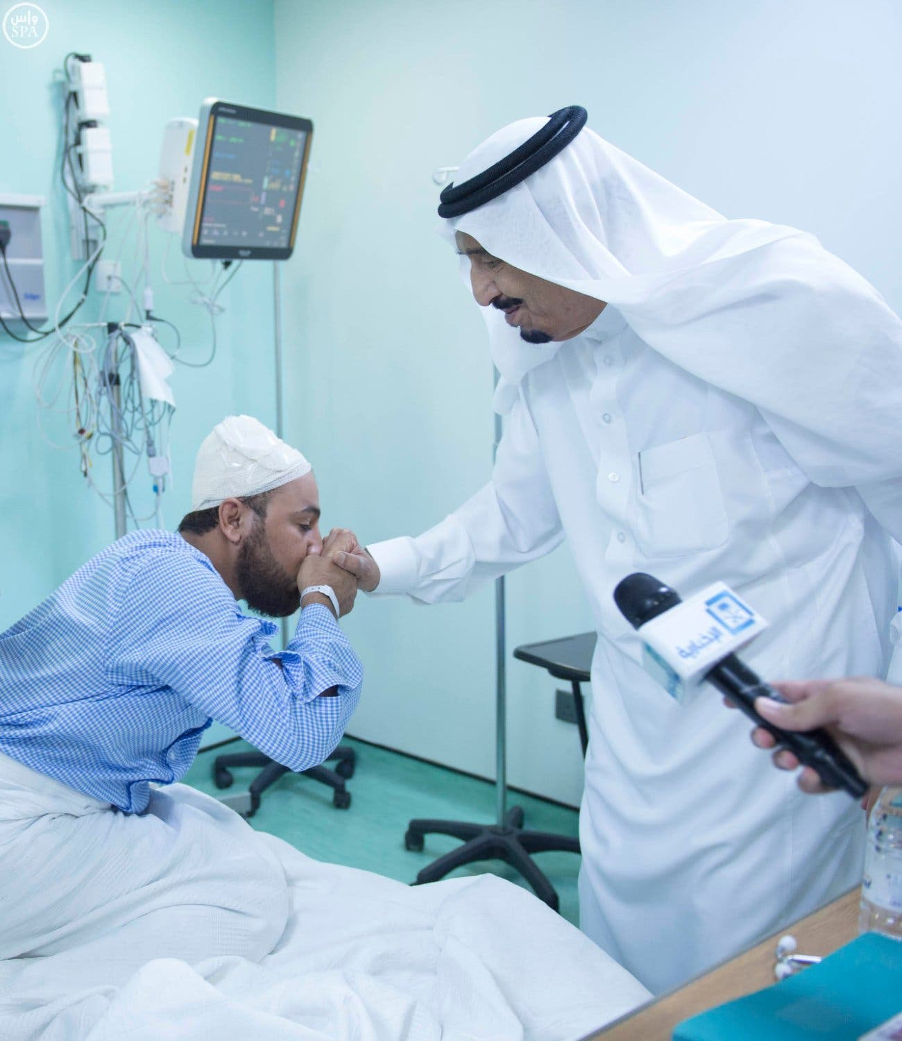 King Salman speaks with one of the wounded in the Makkah crane collapse. (Photo courtesy: SPA)