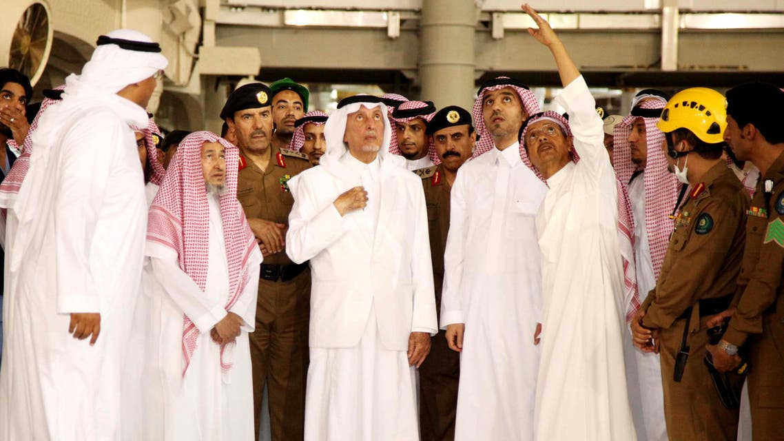 Saudi governor of Mecca region Khaled al-Faisal (C) listens to aides of the Grand Mosque of Saudi Arabia's holy Muslim city of Mecca on September 11, 2015, after a construction crane crashed into it. afp