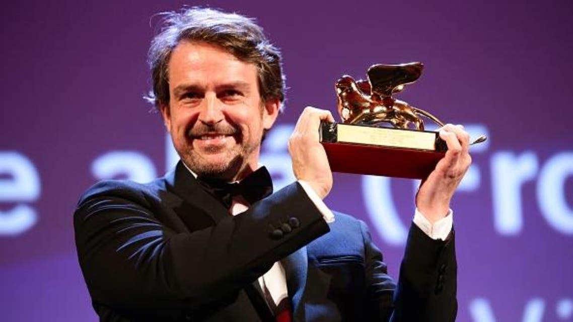 المخرج الفنزويلي لورينزو فيغاس يهدي جائزة الأسد الذهبي لأفضل فيلم لبلاده