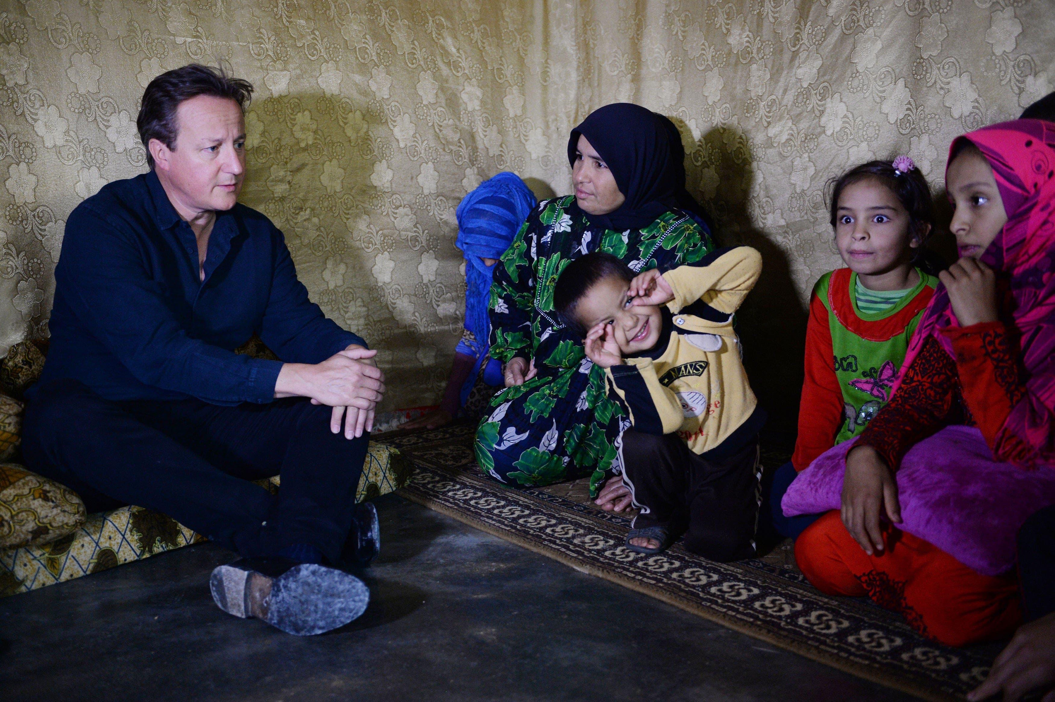 كاميرون يتفقد أحد مخيمات اللاجئين السوريين بلبنان