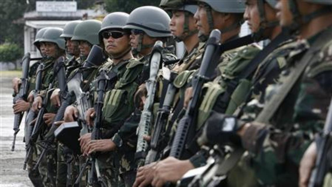 Soldiers stand guard outside the airport in Jolo island, southern Philippines, during a visit by Defence Secretary Gilberto Teodoro February 9, 2008. (File photo: Reuters)