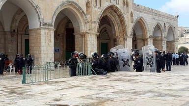 اشتباكات بين آلاف الفلسطينيين والاحتلال في محيط الأقصى