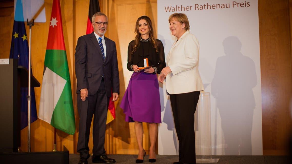 الملكة رانيا تتسلم الجائزة من ميركل