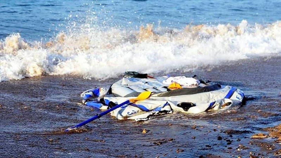مركب مهاجرين رمته الأمواج على سواحل تركيا