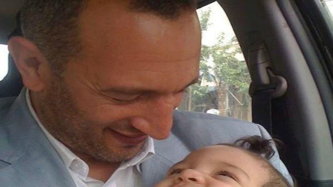أخر صورة التقطت للصحفي قبل اعتقاله (مع ابنه)