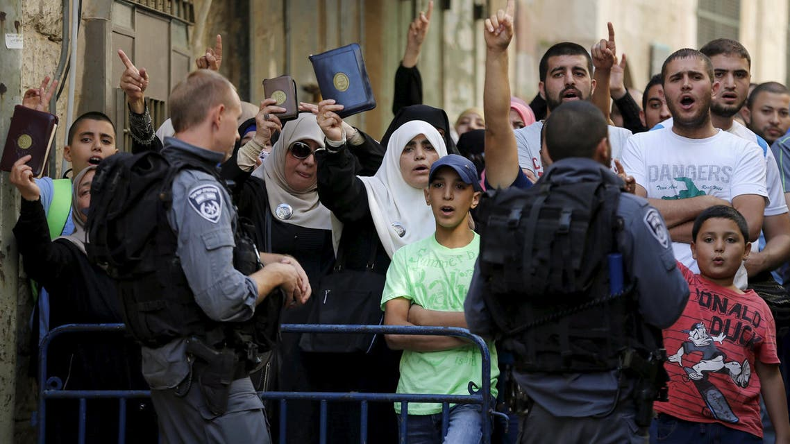 Israeli policemen prevent Palestinian women from entering the compound which houses al-Aqsa mosque  in Jerusalem's Old City September 22, 2015. (Reuters)