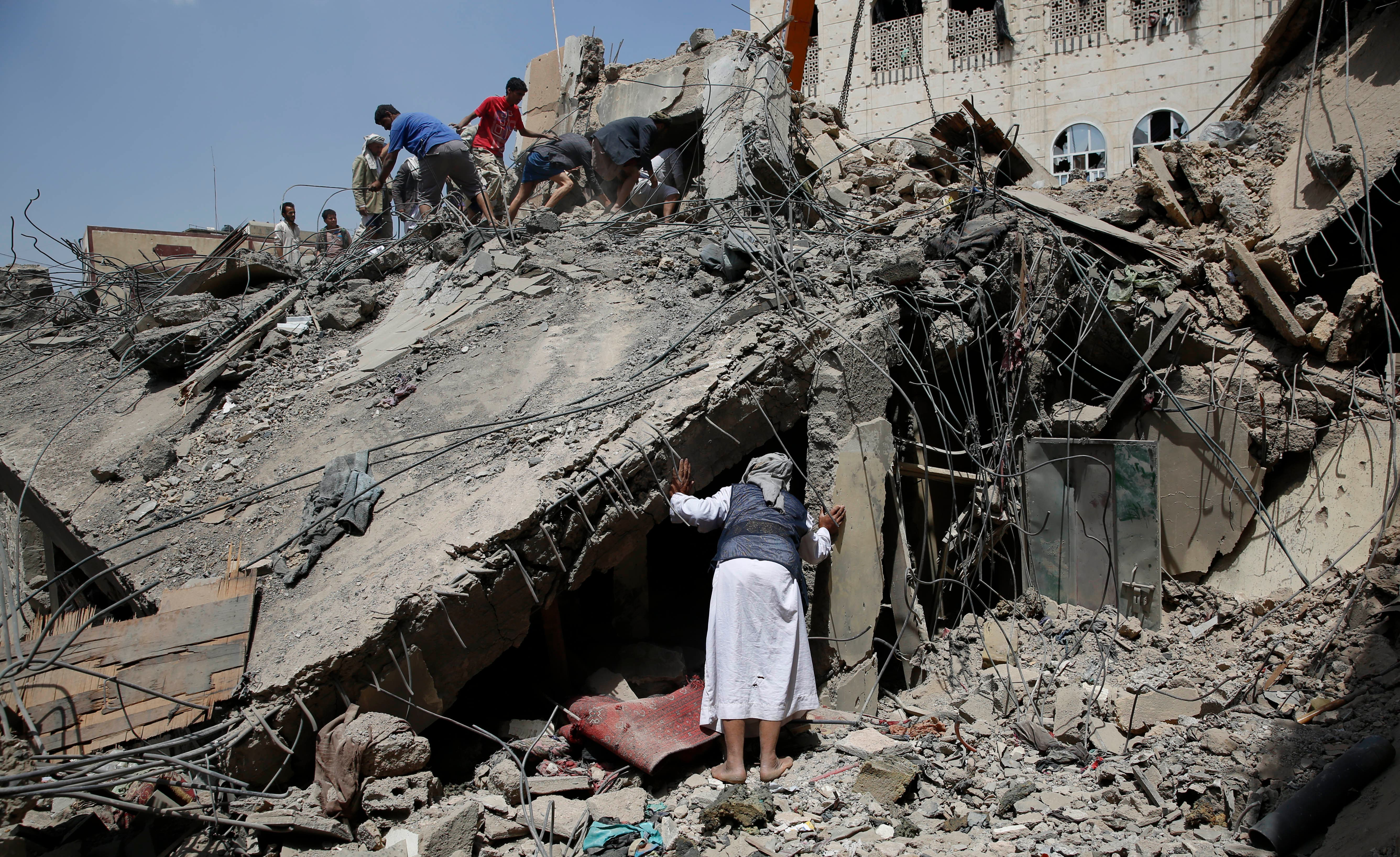 People search for survivors amid the rubble of houses destroyed in a Saudi-led airstrike in Sanaa, Yemen, Monday, Sept. 21, 2015. (AP Photo/Hani Mohammed)