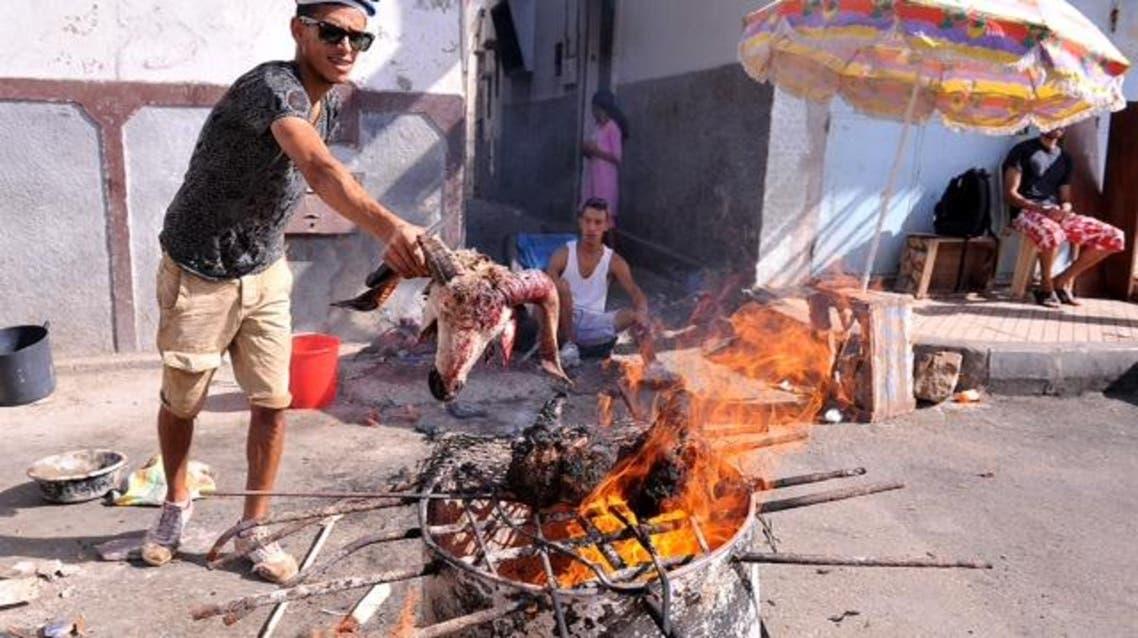 شباب يشتغلون يوم عيد الأضحى في شي رؤوس الأضاحي