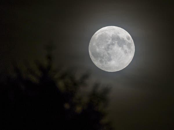 شاهد ليل الأحد خسوفا كليا وقمرا عملاقا