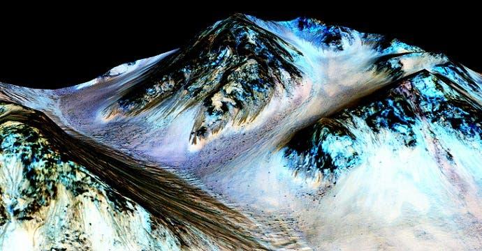 هذه الانسيابات البادية داكنة في يسار الصورة هي ترشحات وتدفقات مائية في الأديم المريخي