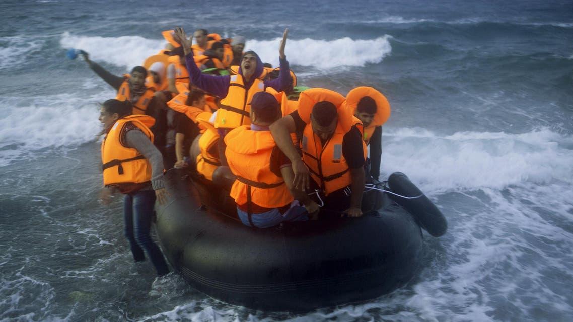 لاجئون يصلون عبر البحر إلى اليونان