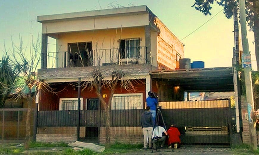 في هذا البيت حدثت الفاجعة الدموية، وفي غرفة منه التهمت 6 كلاب معظم جثتي الأم وزوجها