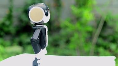شارب تكشف عن هاتف ذكي على شكل روبوت