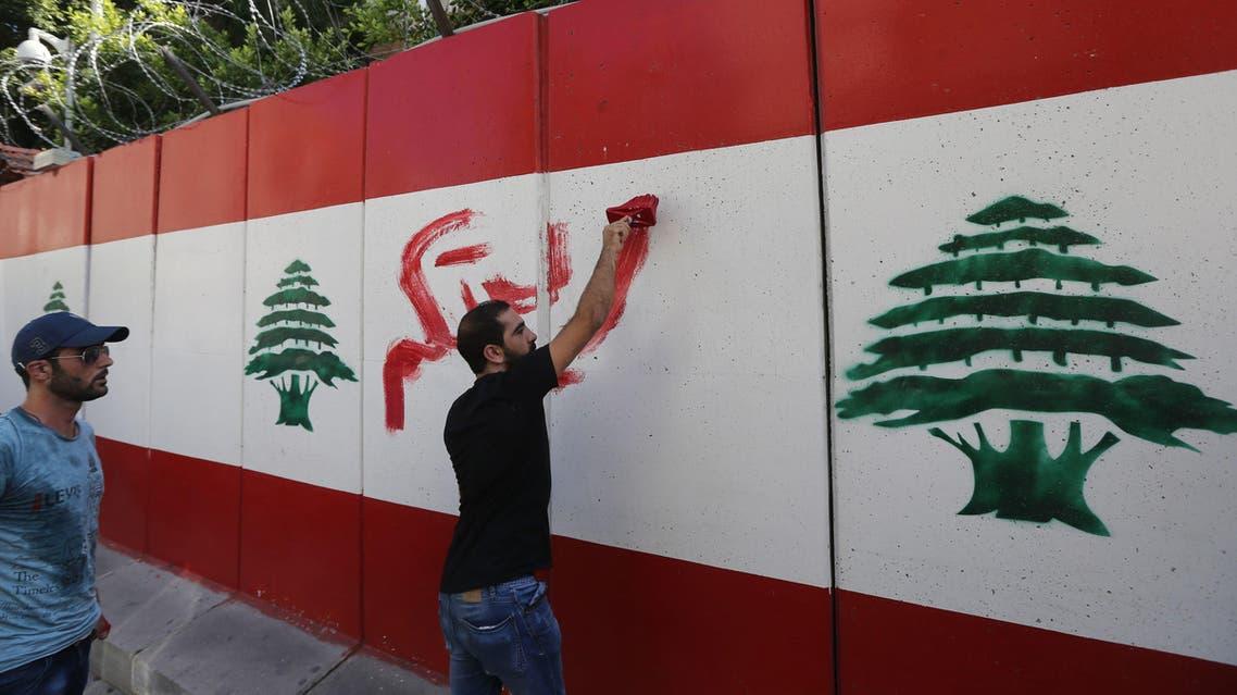"""ناشطو حملة """"طلعت ريحتكم"""" أمام مبنى وزارة الداخلية"""