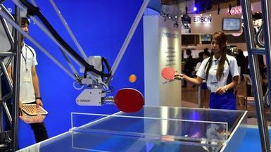 روبوت يلعب كرة الطاولة ومرآة لا تكذب في طوكيو