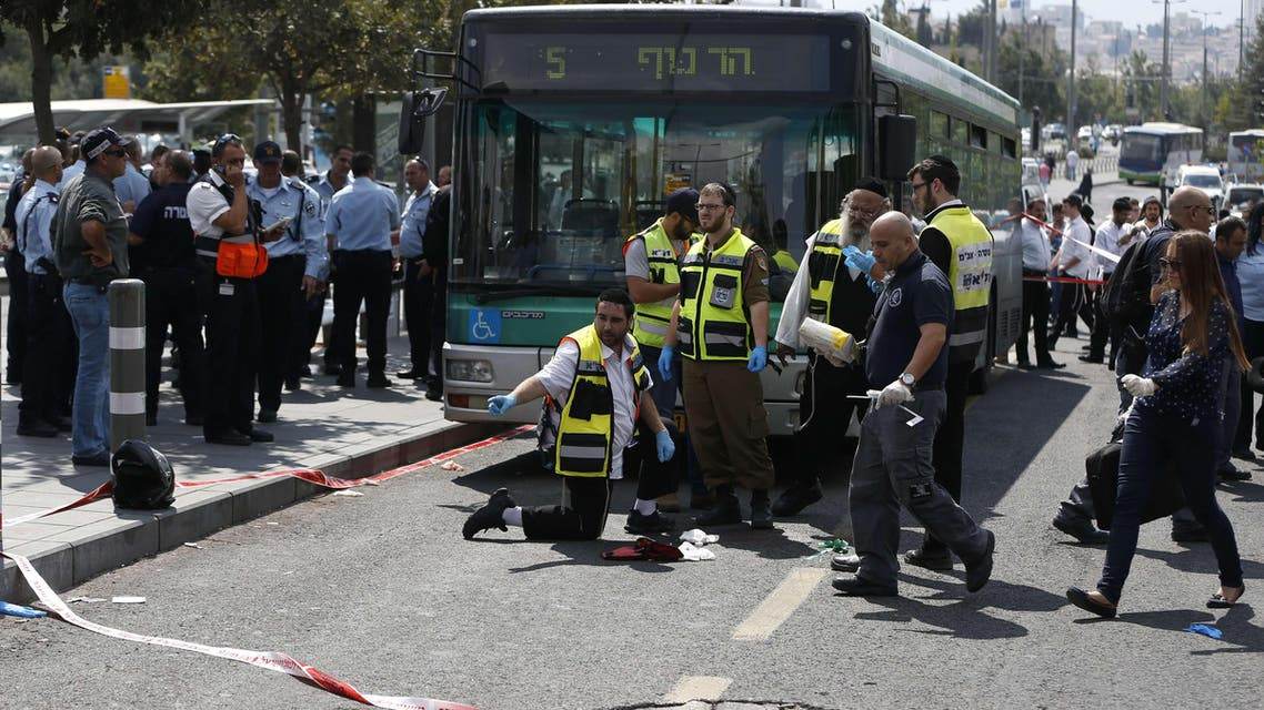 AHG03 - Jerusalem, -, - : Israeli security forces and forensic police inspect the site of a stabbing attack carried out by an Arab against an Israeli man in the city of Jerusalem on October 8, 2015. An Arab stabbed and seriously wounded an Israeli man in Jerusalem before being arrested, police said, the latest in a spate of knife attacks on Israelis. AFP PHOTO / AHMAD GHARABLI