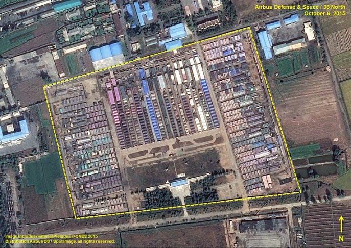 مدينة الخيام التي أقاموها في مشاعات قاعدة جوية سابقة تقع إلى الشرق من العاصمة الكورية الشمالية