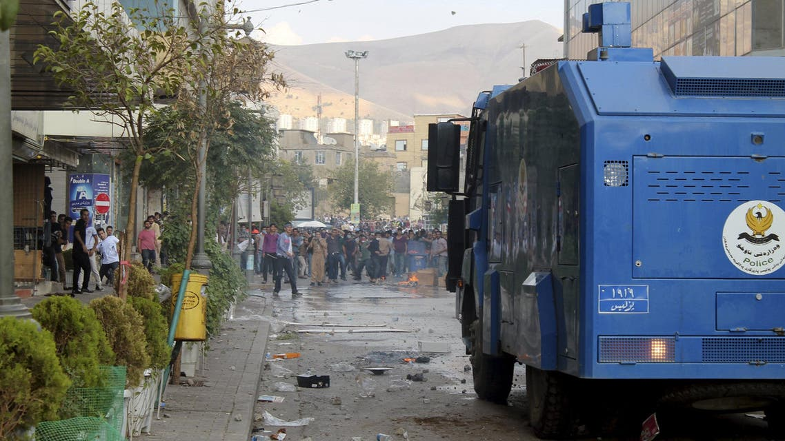 Protestors clash with riot policemen in Sulaimaniya, northern Iraq October 10, 2015. (Reuters)