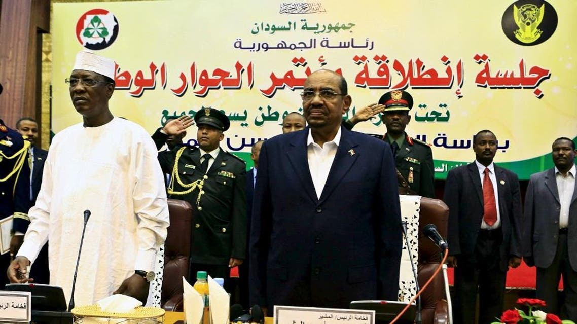 Sudan's President Omar al-Bashir and Chad's President Idriss Deby (L) listen to the national anthem during opening session of Sudan National Dialogue conference in Khartoum October 10, 2015. (Reuters)