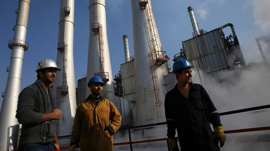 Iranian oil workers pictured at a Tehran oil refinery south on Dec. 22, 2014. (File photo: AP)