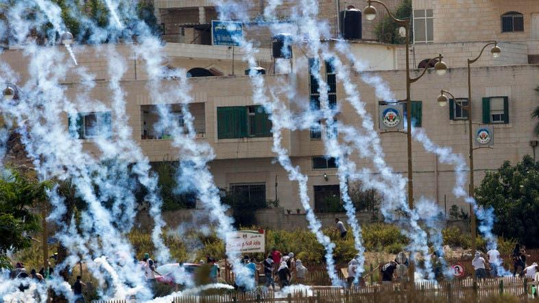 رام اللہ کے نزدیک  اتوار کو احتجاجی مظاہرے کے دوران اسرائیلی فورسز کی جانب سے اشک آور گیس کی شیلنگ کے بعد فلسطینی بھاگ رہے ہیں۔