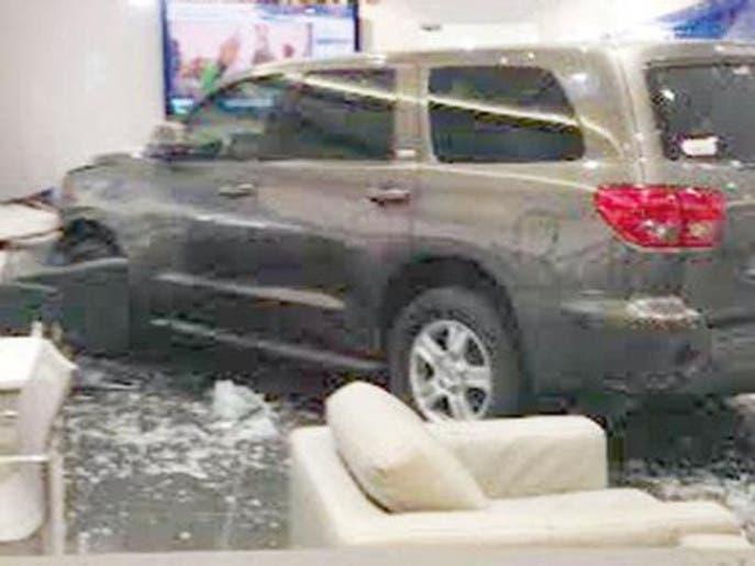 سيارة تقتحم معرضاً في جدة