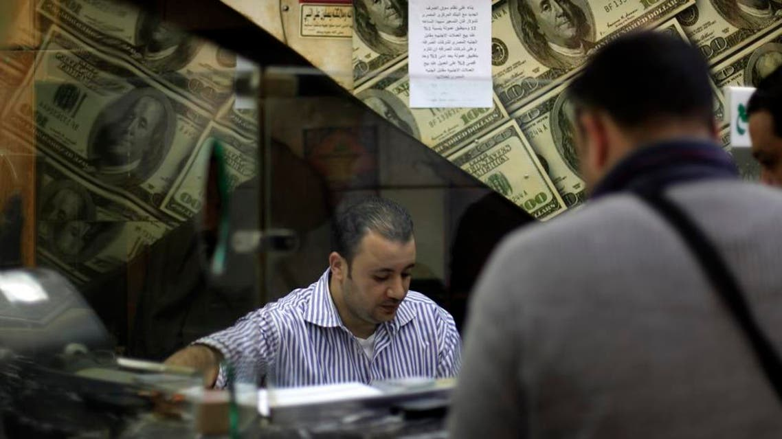 An Egyptian man changes U.S. dollars to Egyptian pounds at a currency exchange office in downtown Cairo. (File photo: AP)